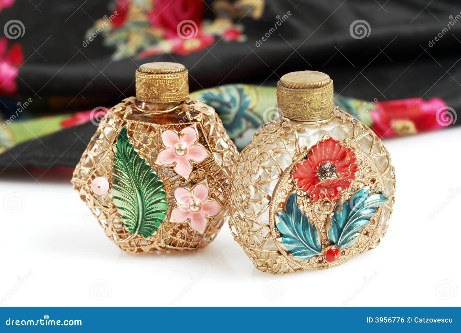 Bottiglie e sciarpa di profumo dell annata