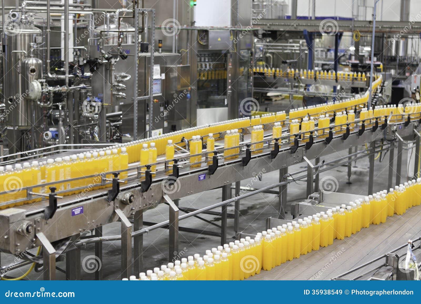 Bottiglie imballate che passano nastro trasportatore nell industria di imbottigliamento