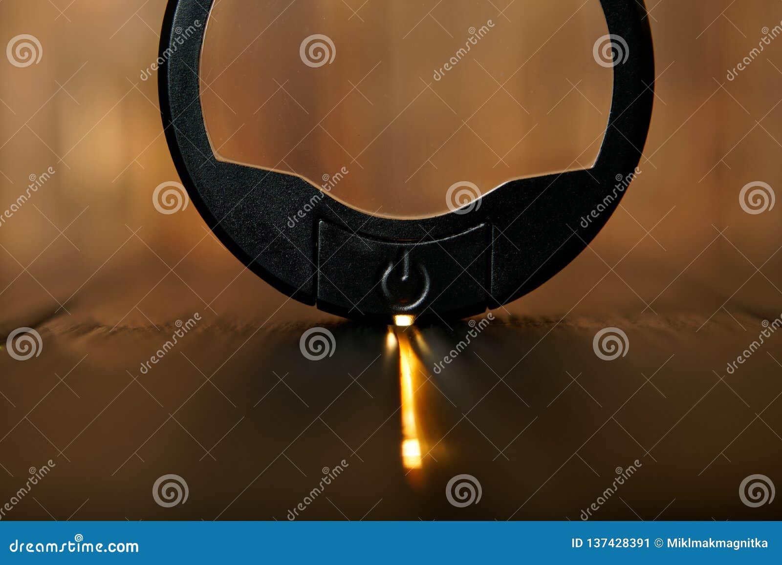 Bottone rotondo nero di potere su fondo di legno Lampadina principale La geometria è un cerchio dentro un rettangolo