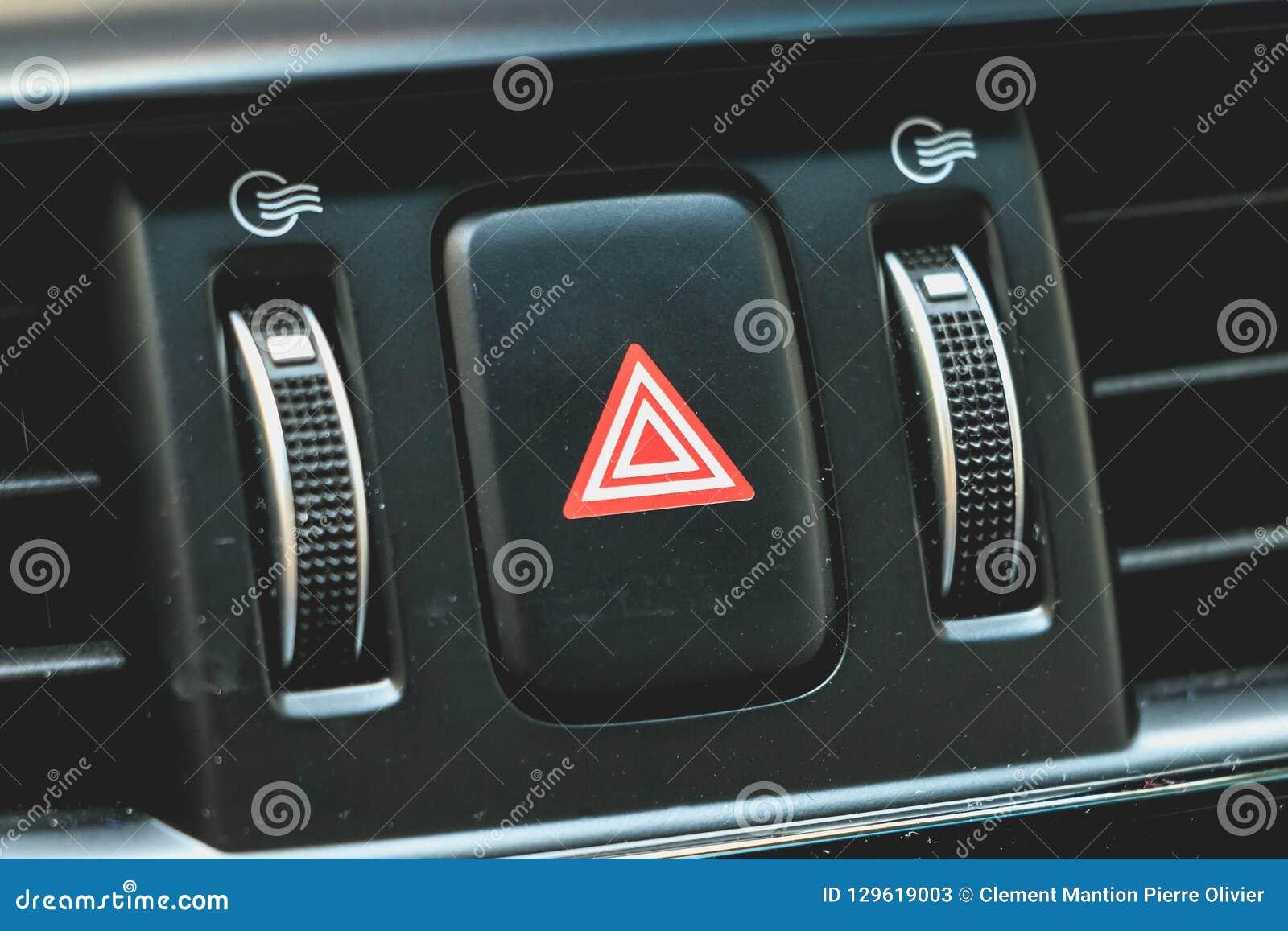 Bottone virtuale di emergenza dell automobile su un cruscotto moderno