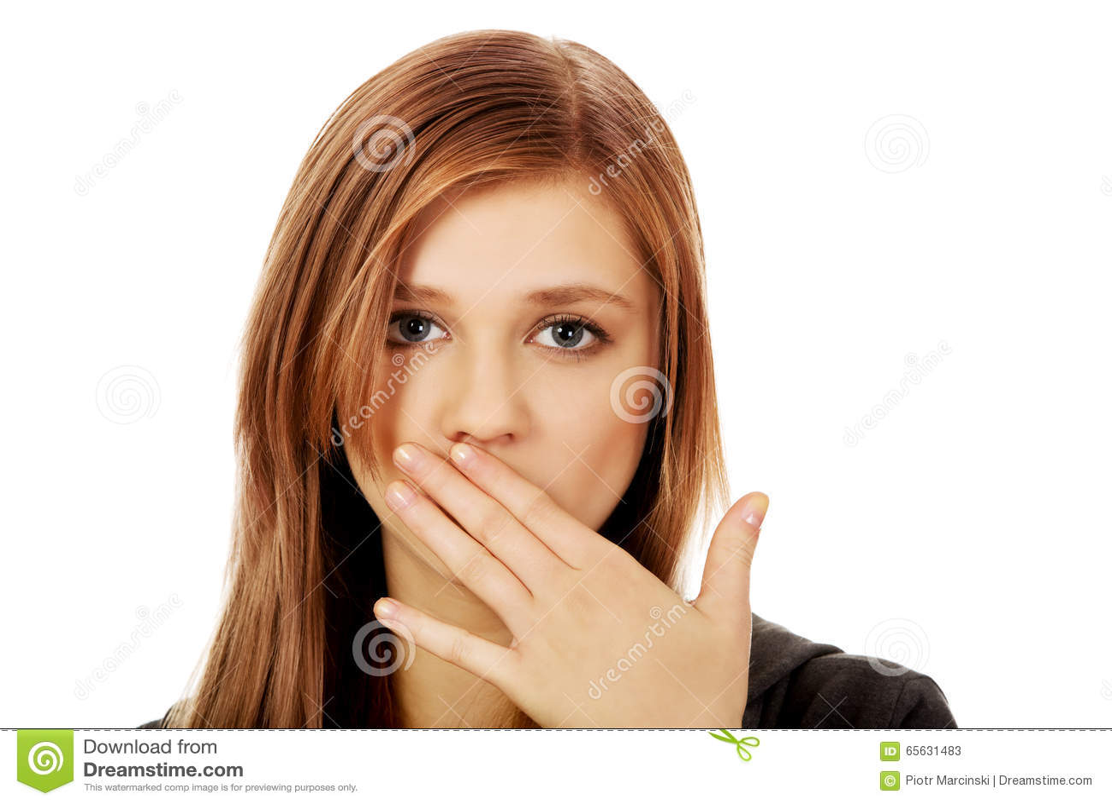 Bouche adolescente de bâche de femme avec la main