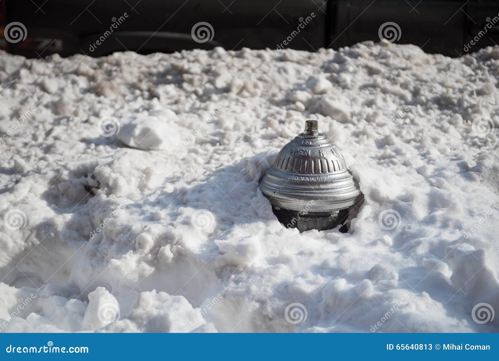 Bouche d incendie couverte dans la neige profonde