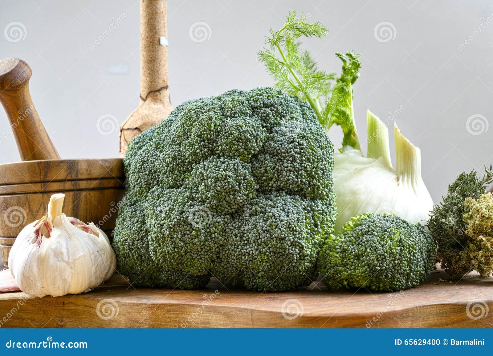 Bouchez la bouteille, mortier en bois olive, légumes verts frais, brocoli, fenouil, ail