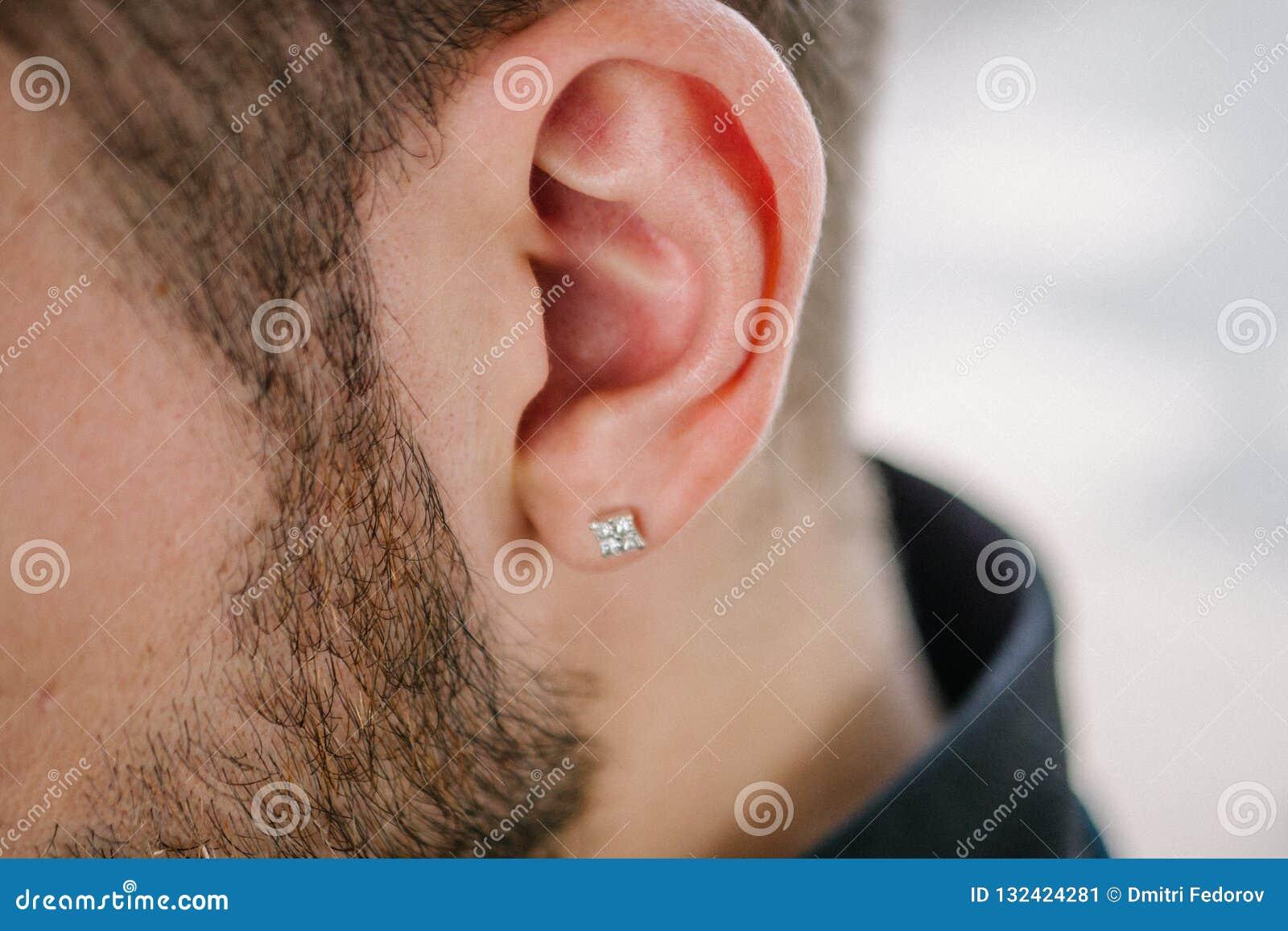 Boucle d oreille dans l oreille masculine Partie perçante du corps