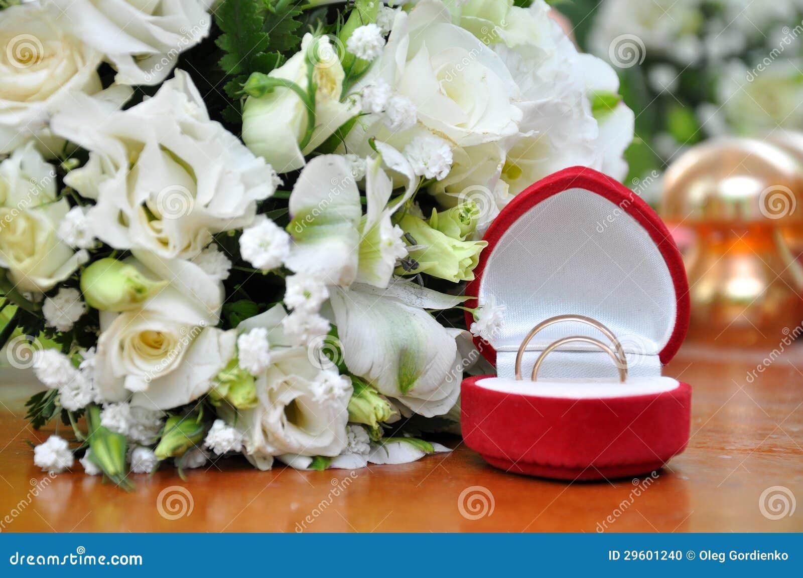 boucles de mariage et bouquet de rose blanche photo stock. Black Bedroom Furniture Sets. Home Design Ideas
