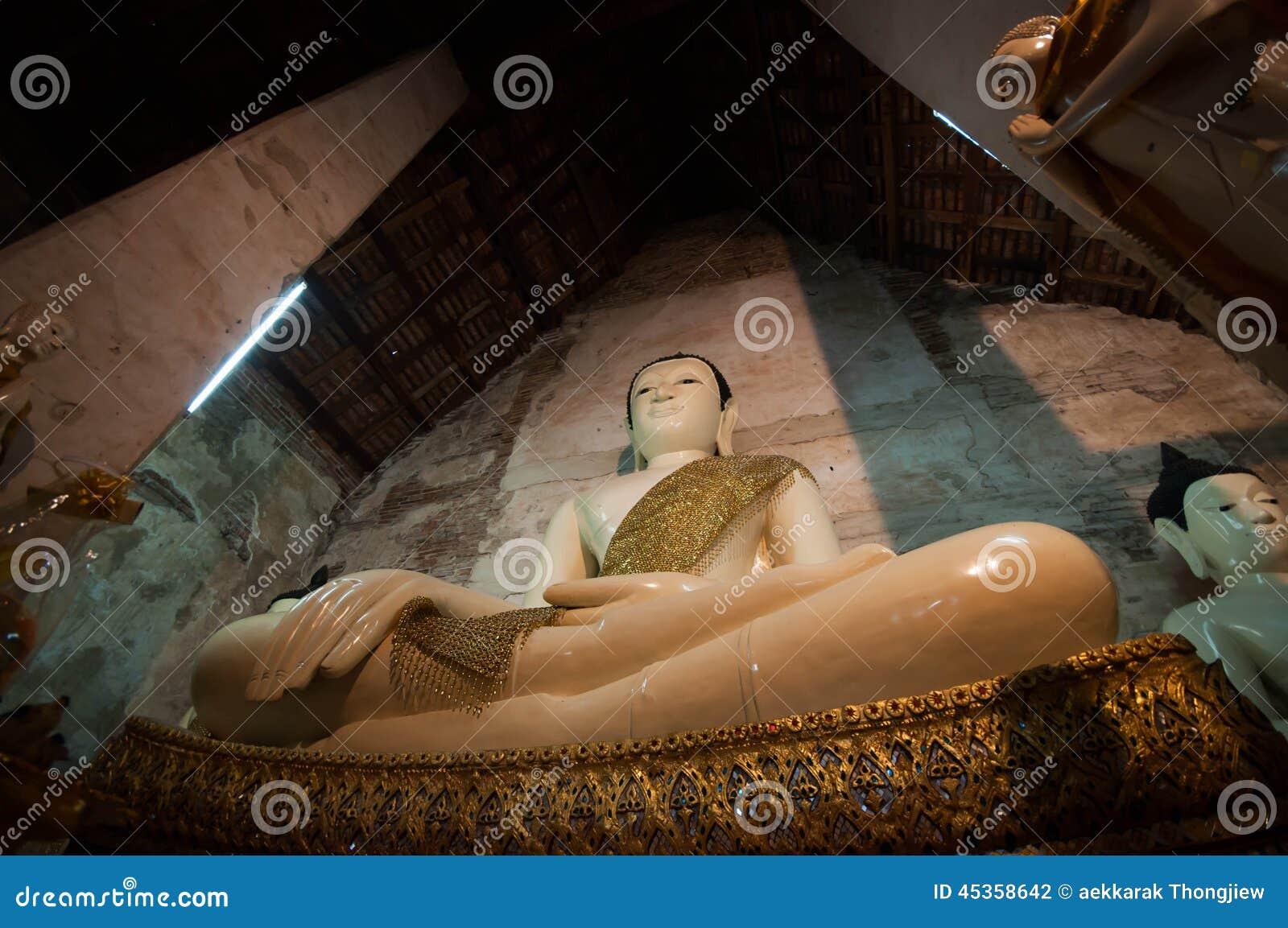 Bouddha de marbre dans l église