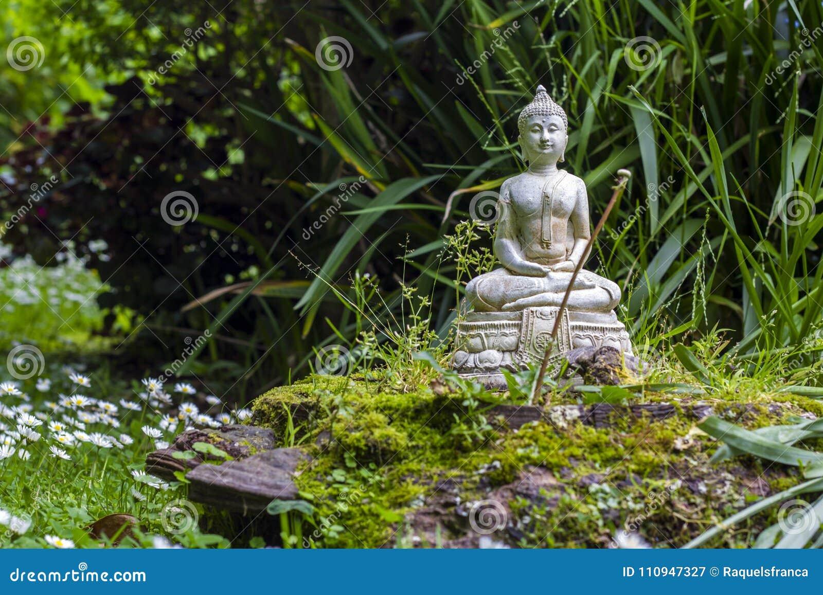 bouddha en pierre dans un jardin de zen image stock - image du