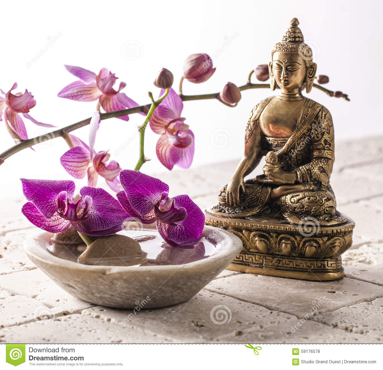 bouddha pour l 39 attitude de zen avec la pierre et les fleurs photo stock image 59176578. Black Bedroom Furniture Sets. Home Design Ideas