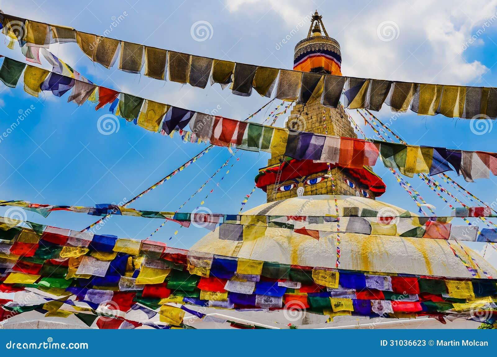 Bouddhanath stupa i kolorowe buddyjskie flaga