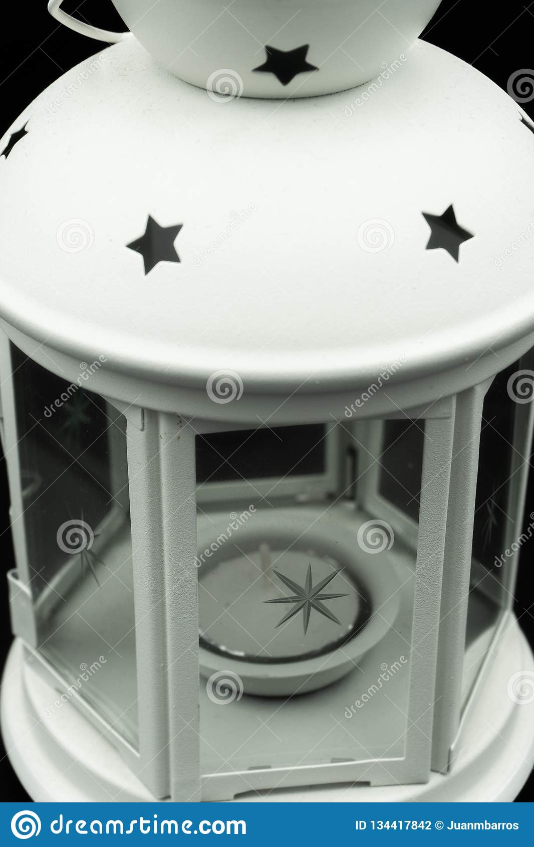 Bougeoir blanc avec les étoiles et la bougie