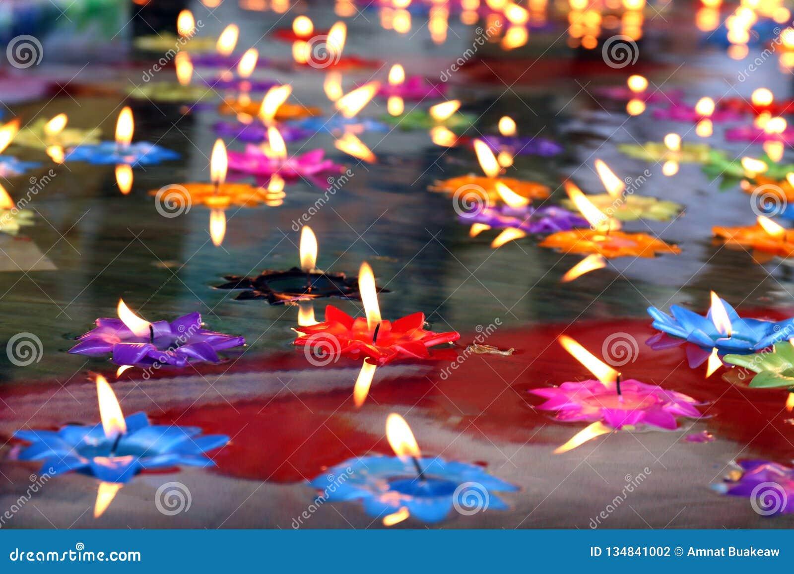 Bougie de Lotus, lampe, lanterne, lumière, bougies de flottement pour être lotus de fleur brûlé sur le flotteur extérieur sur l e