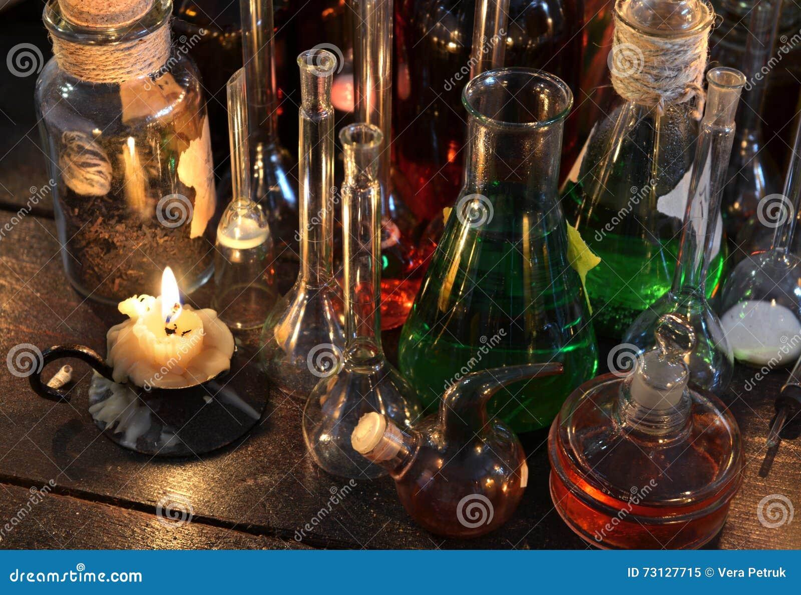Bougie de vintage avec des flacons et des bouteilles sur la table de sorci re photo stock - La bouteille sur la table ...