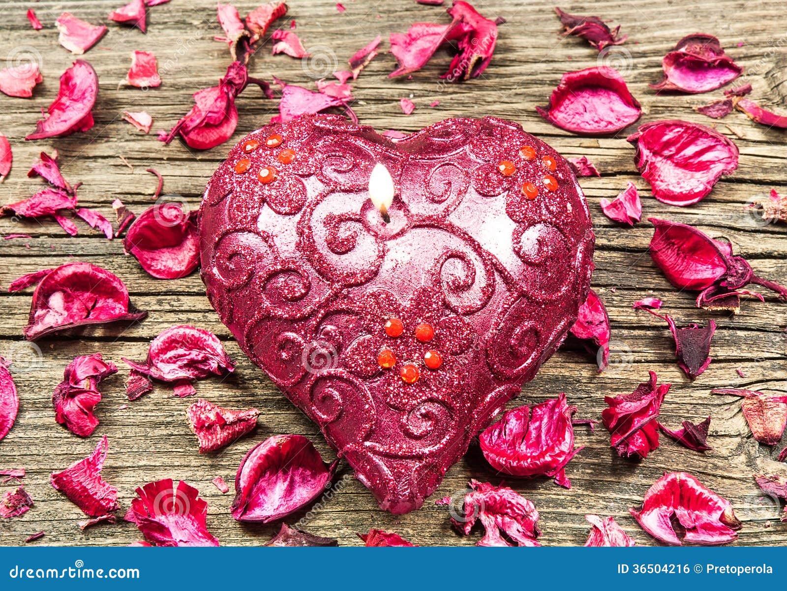 Bougie en forme de coeur rouge