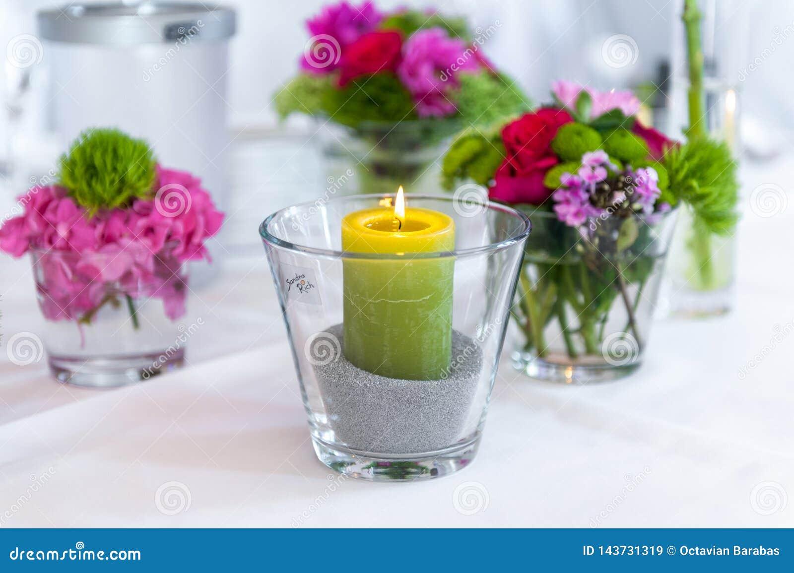 Bougie en verre sur la table blanche