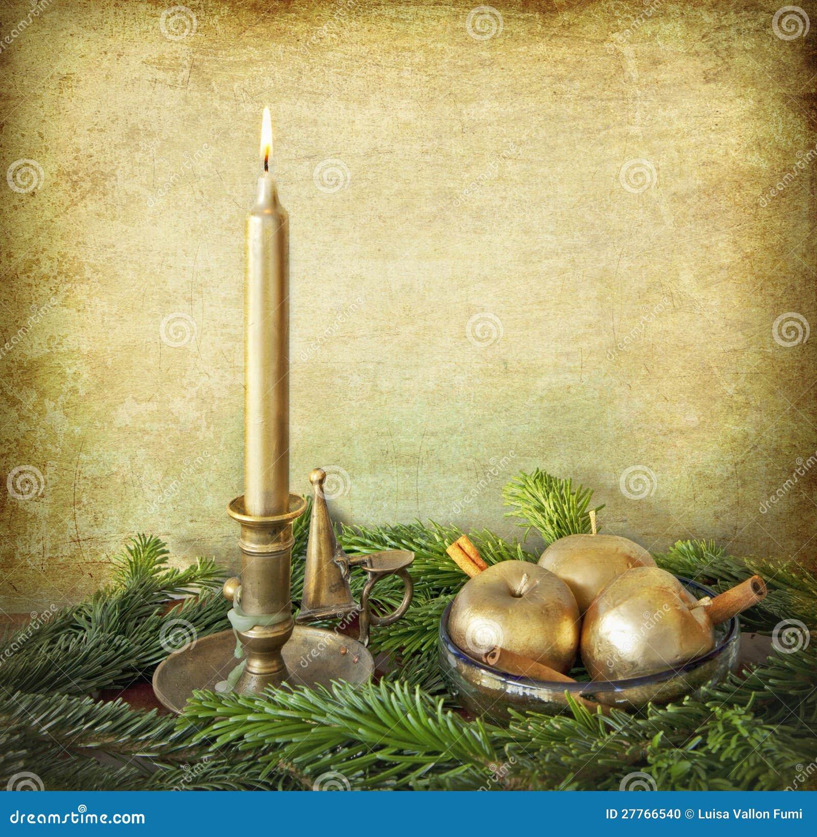 Bougie, pommes d or, cannelle et branchements de sapin