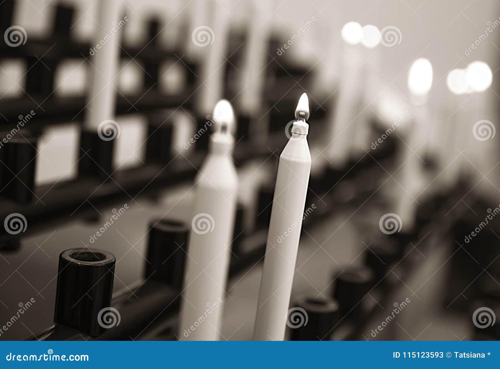 Bougies allumées dans le temple, tradition religieuse, prière, un symbole de communion avec Dieu