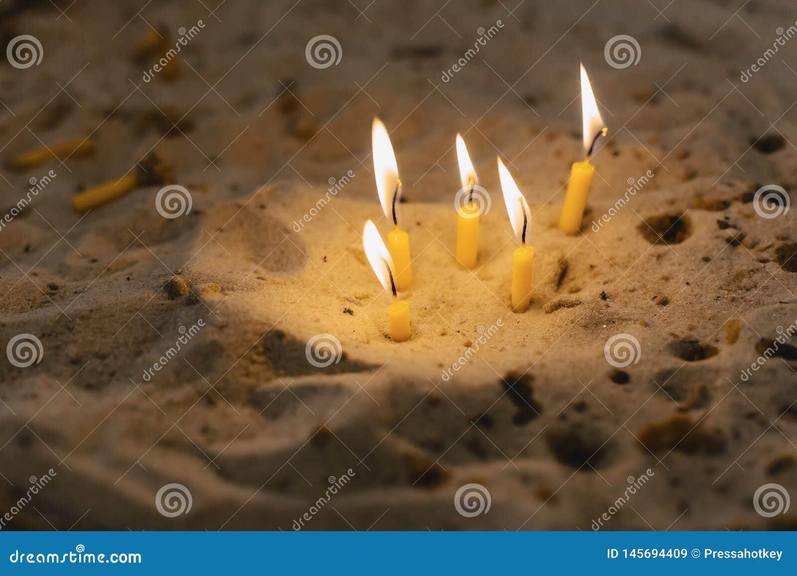 Bougies dans l ?glise dans le sable