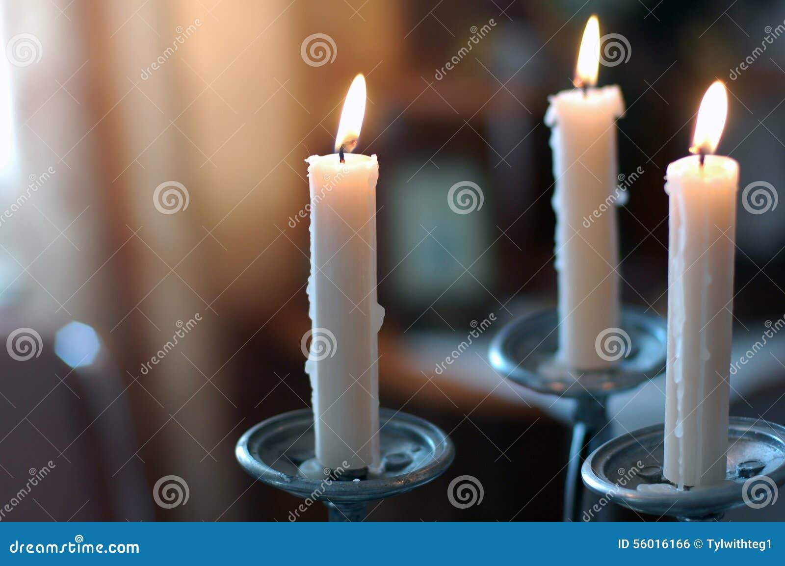 Bougies dans le chandelier dans le style de vintage