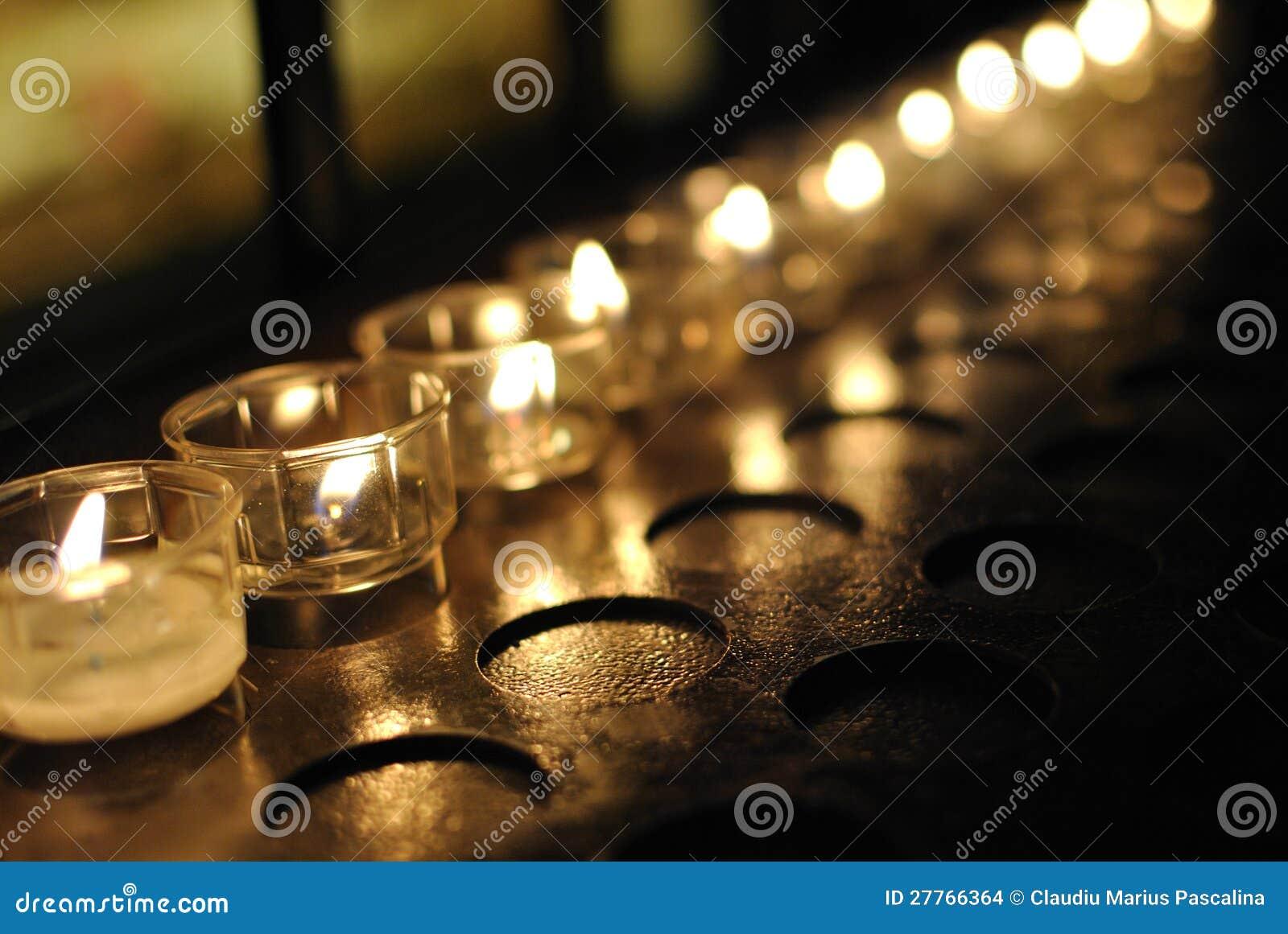 Bougies de prière dans une cathédrale