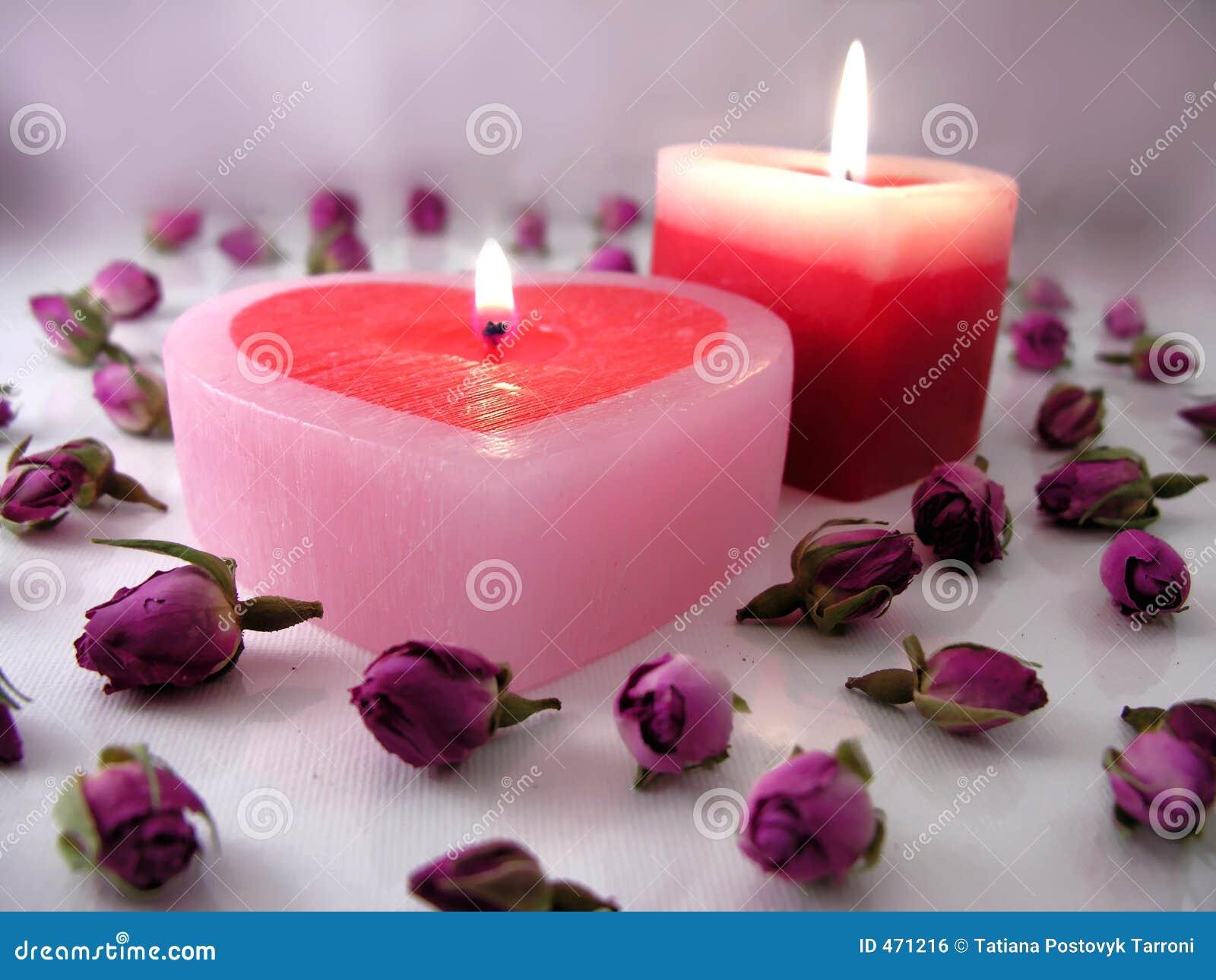 bougies en forme de coeur avec des boutons de rose photo stock image 471216. Black Bedroom Furniture Sets. Home Design Ideas