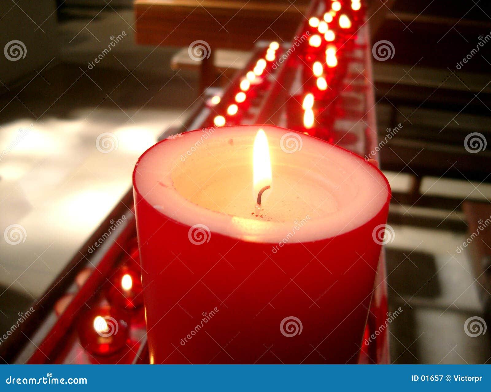 Bougies rouges dans une église