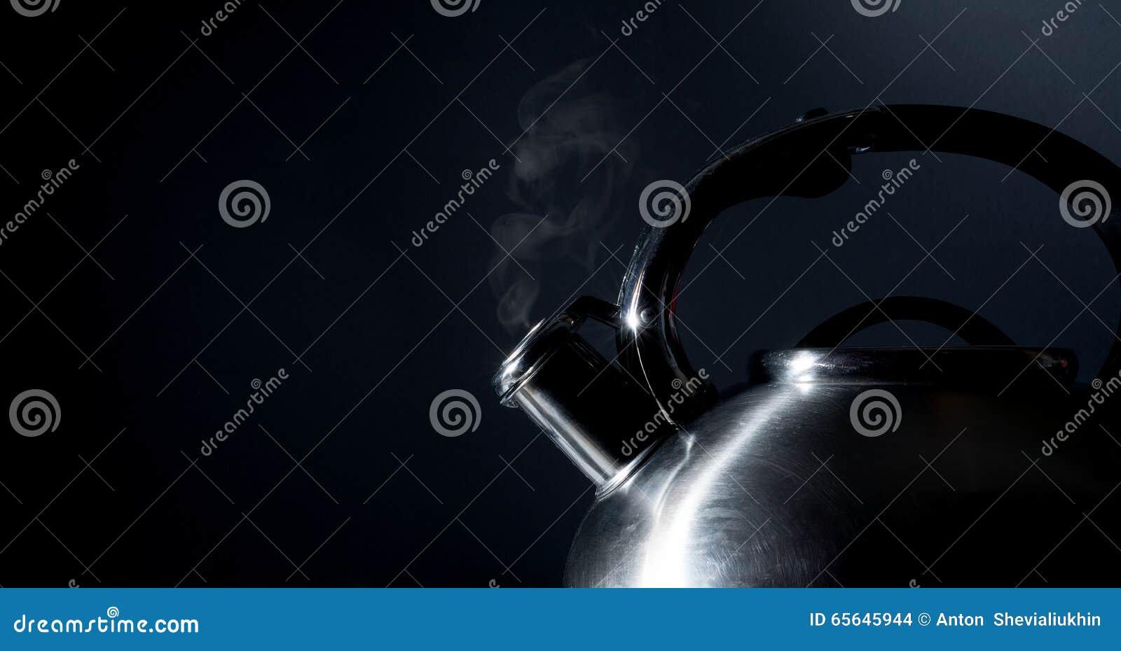 Bouilloire sifflant, bouilloire de ébullition, vapeur, sur un noir