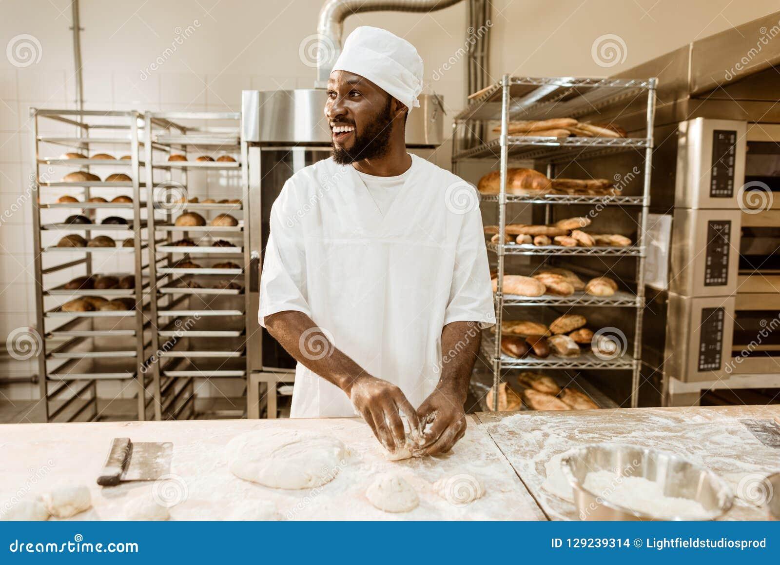 Boulanger d afro-américain préparant la pâte crue pour la pâtisserie