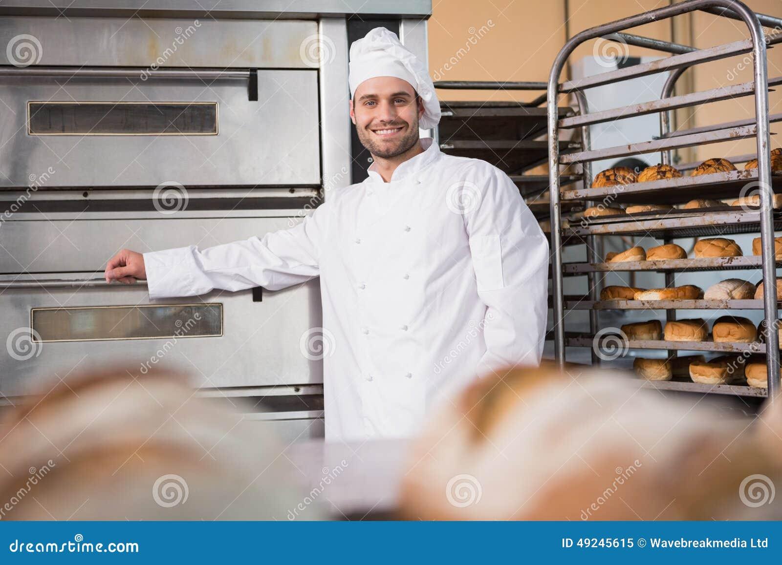 Boulanger heureux se penchant sur le four professionnel