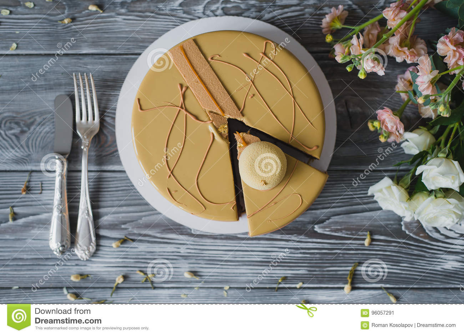 Boulangerie avec le morceau de gâteau jaune peu commun de mousse avec le dacquoise d amande, confit de framboise, couche croustil