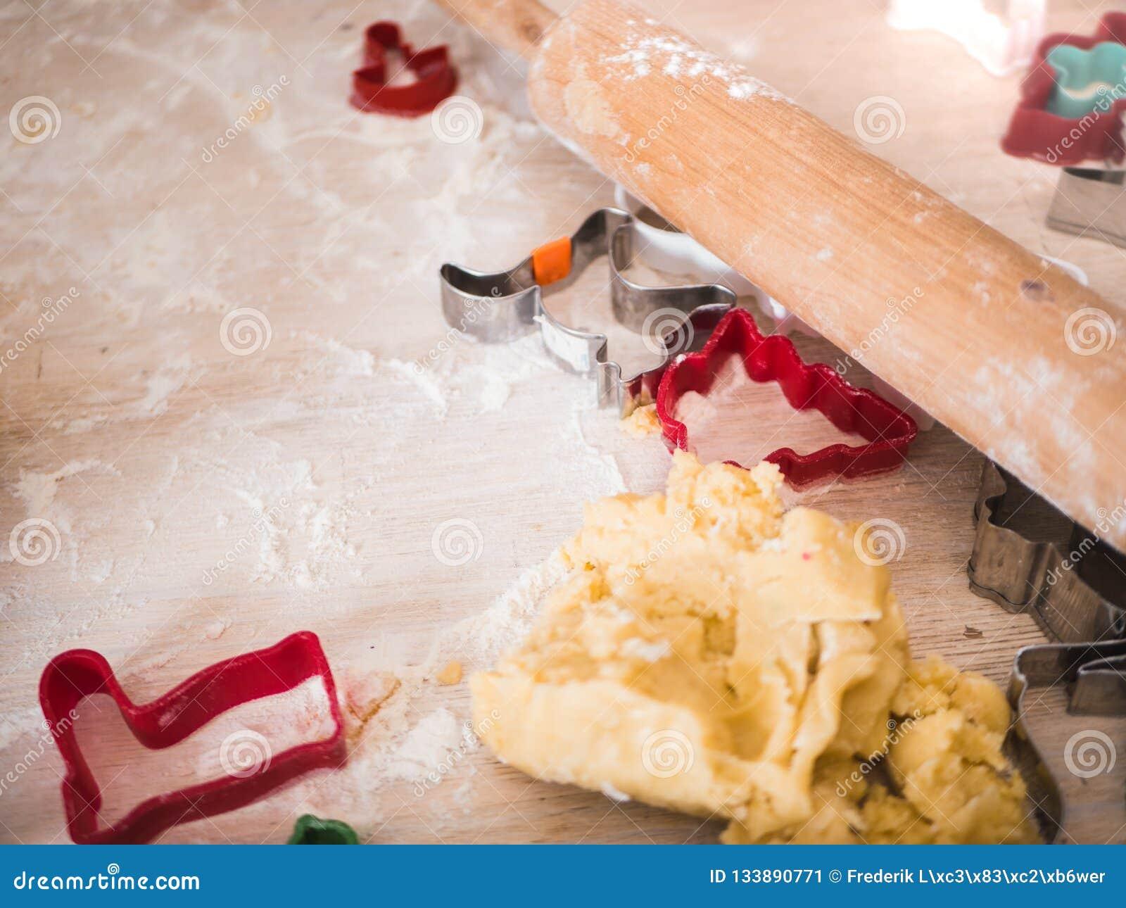 Boulangerie de Noël : tir de vue supérieure de pâte de biscuit et de Ba différent