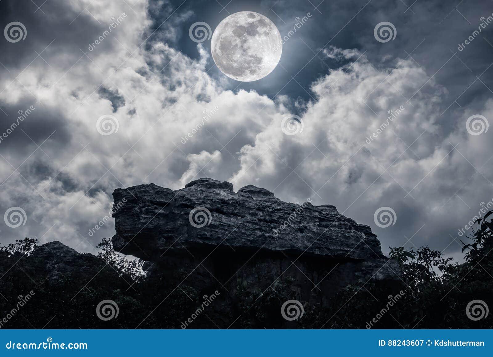 Boulder Contre Le Ciel Avec Les Nuages Et La Belle Pleine Lune La ...