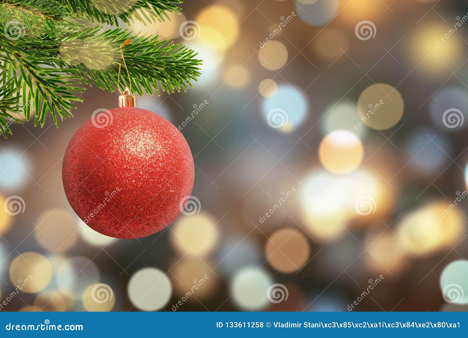 Image Brillante De Noel.Boule Brillante De Noel Sur L Arbre Et Lumieres De Noel