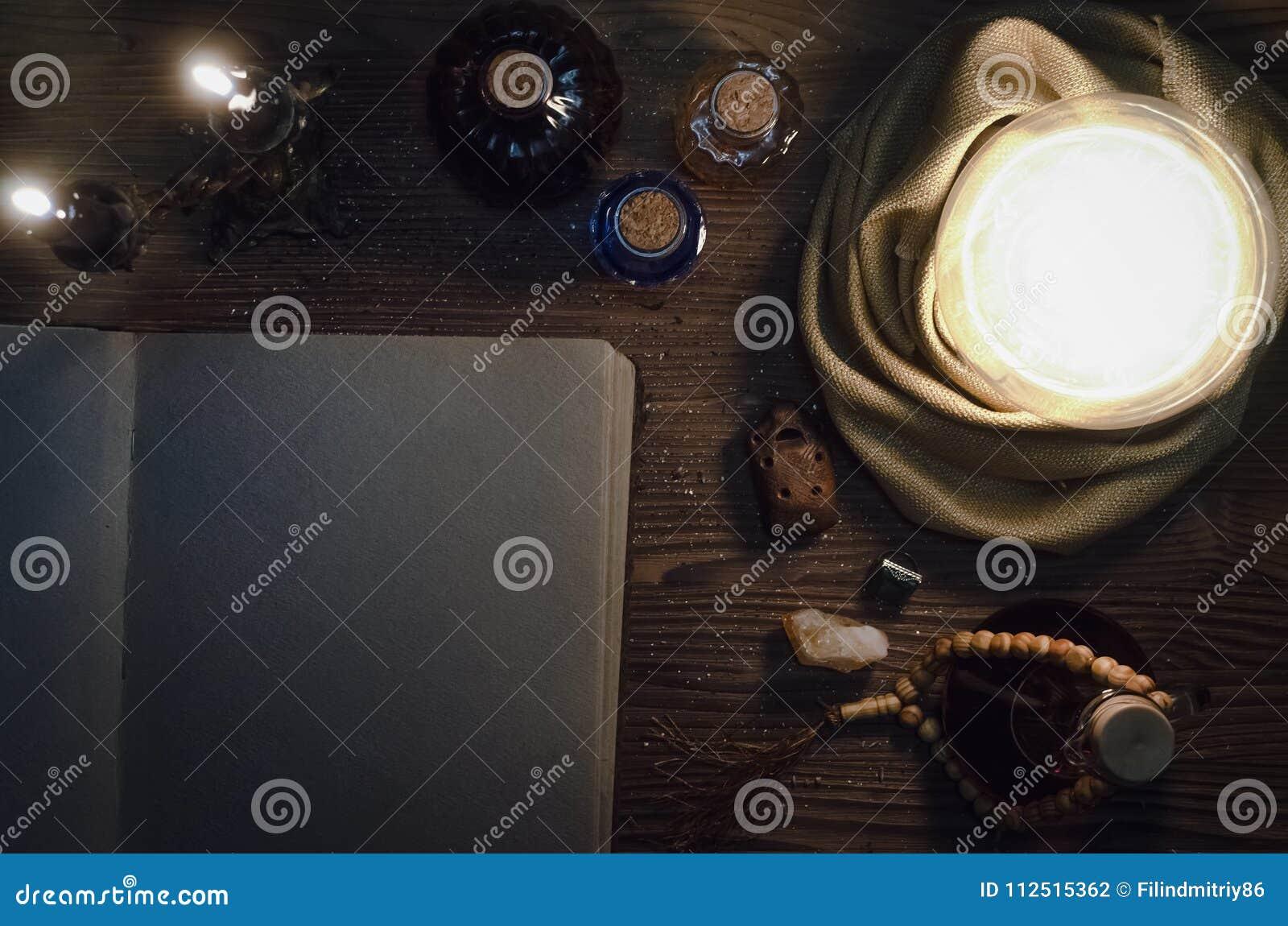 Boule de cristal et livre magique antique avec l espace de copie seance Futur concept de lecture