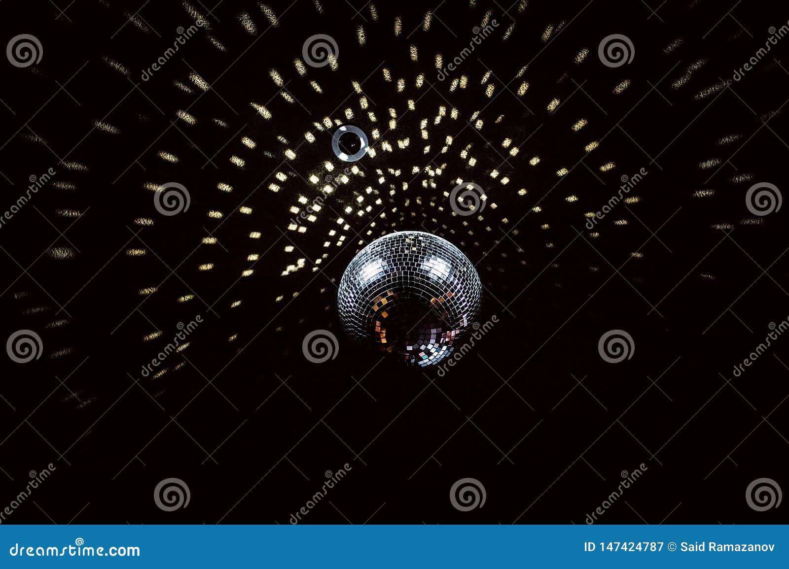 Boule de disco avec des points culminants sur le plafond noir