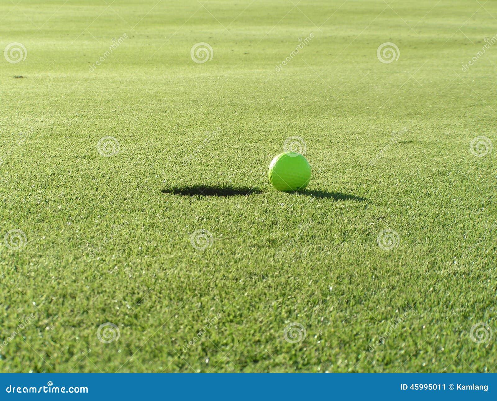 Boule de golf à côté de trou