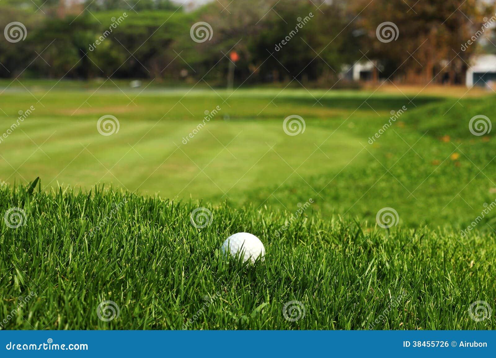 Boule de golf dans l herbe rugueuse sur le fairway