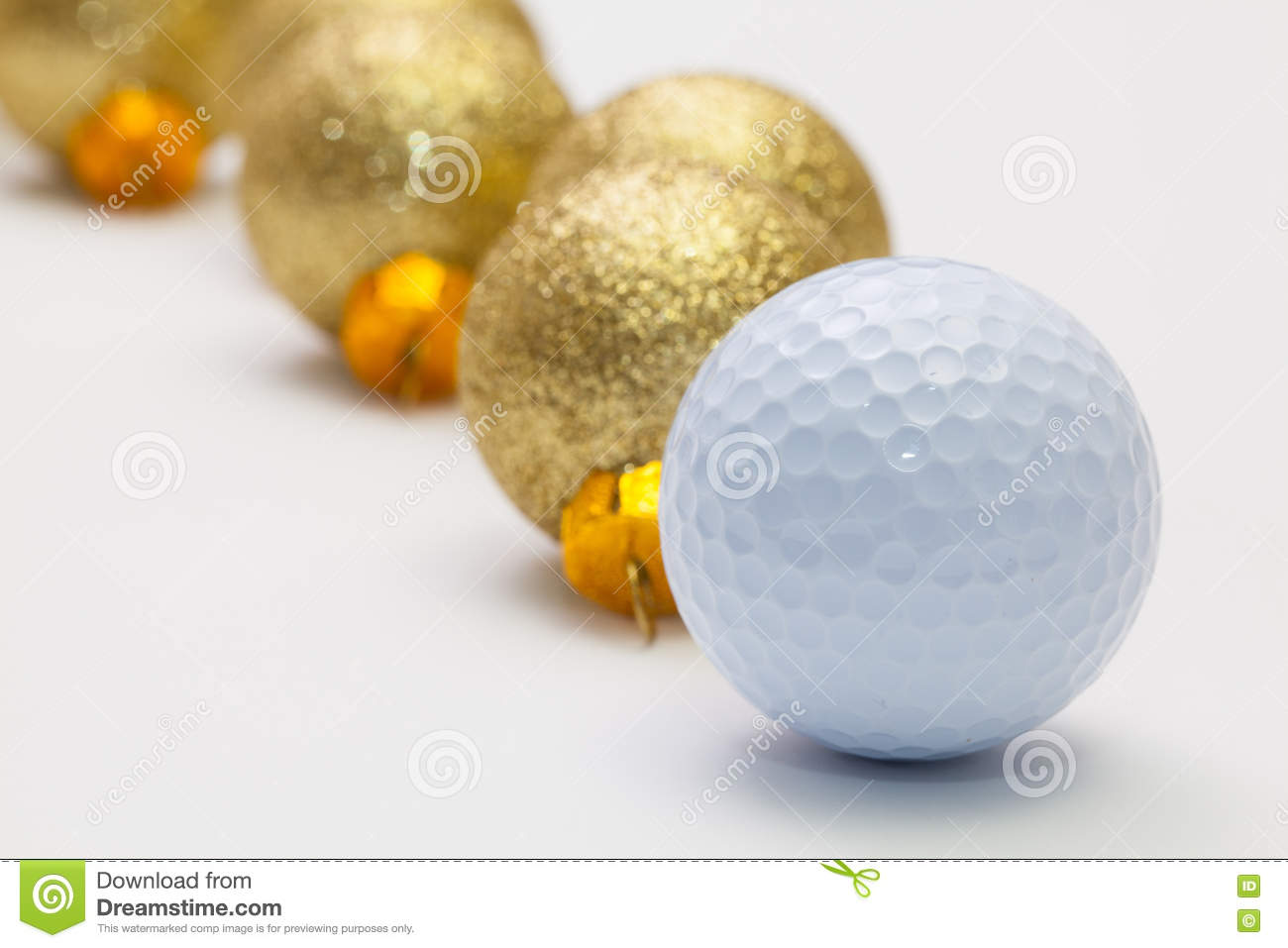 Boule de golf et décoration de noël sur le bureau blanc photo stock