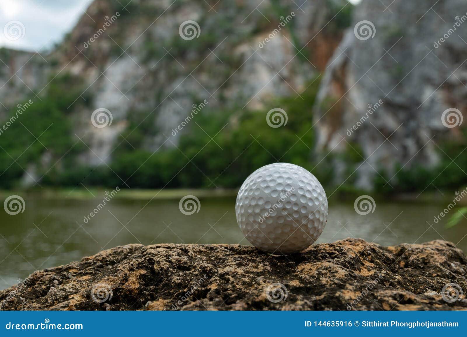 Boule de golf sur l herbe près du petit lac
