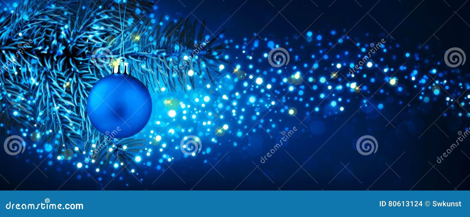 Boule de Noël accrochant sur la branche de sapin avec le fond de fête de bokeh