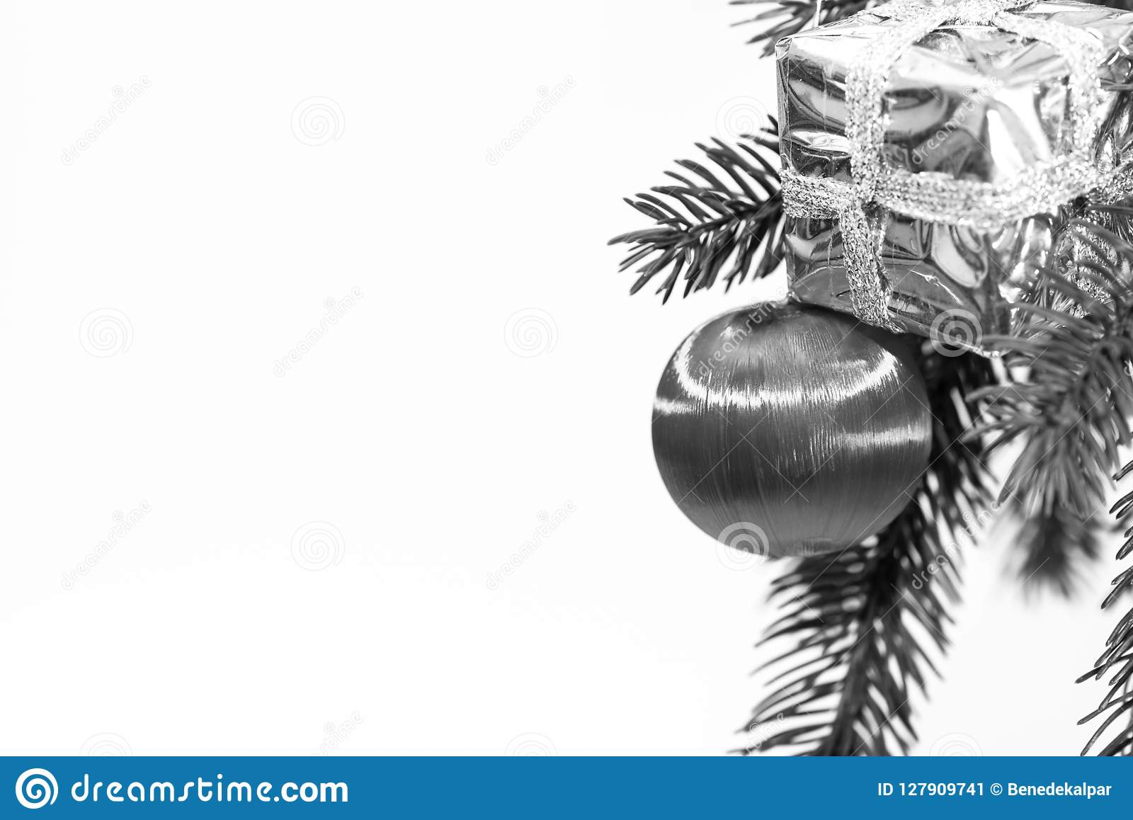 Boule De Noël Avec Le Boîte Cadeau Brillant Sur Le Pin En