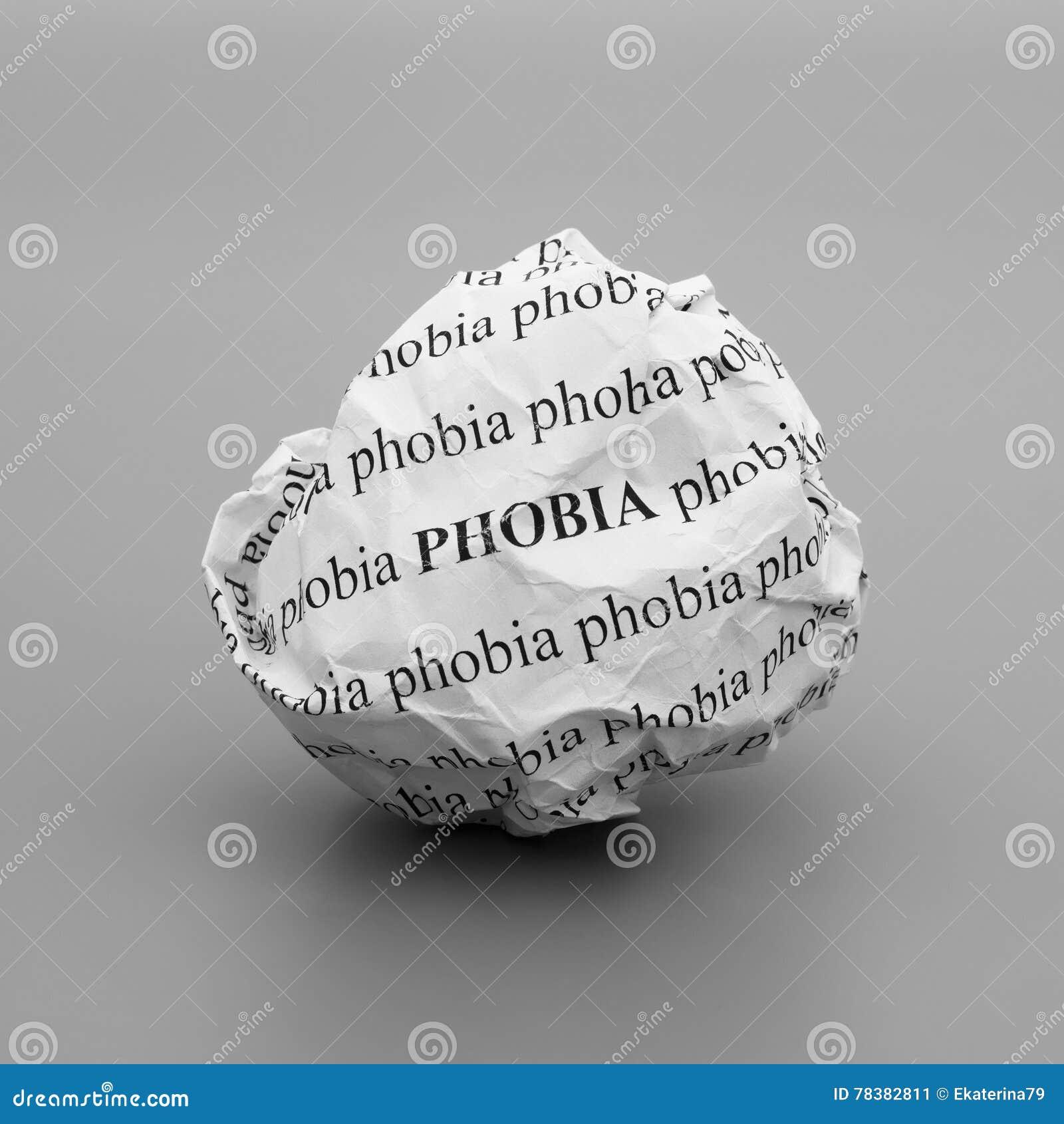 Boule de papier chiffonnée avec la phobie de mots sur le fond gris