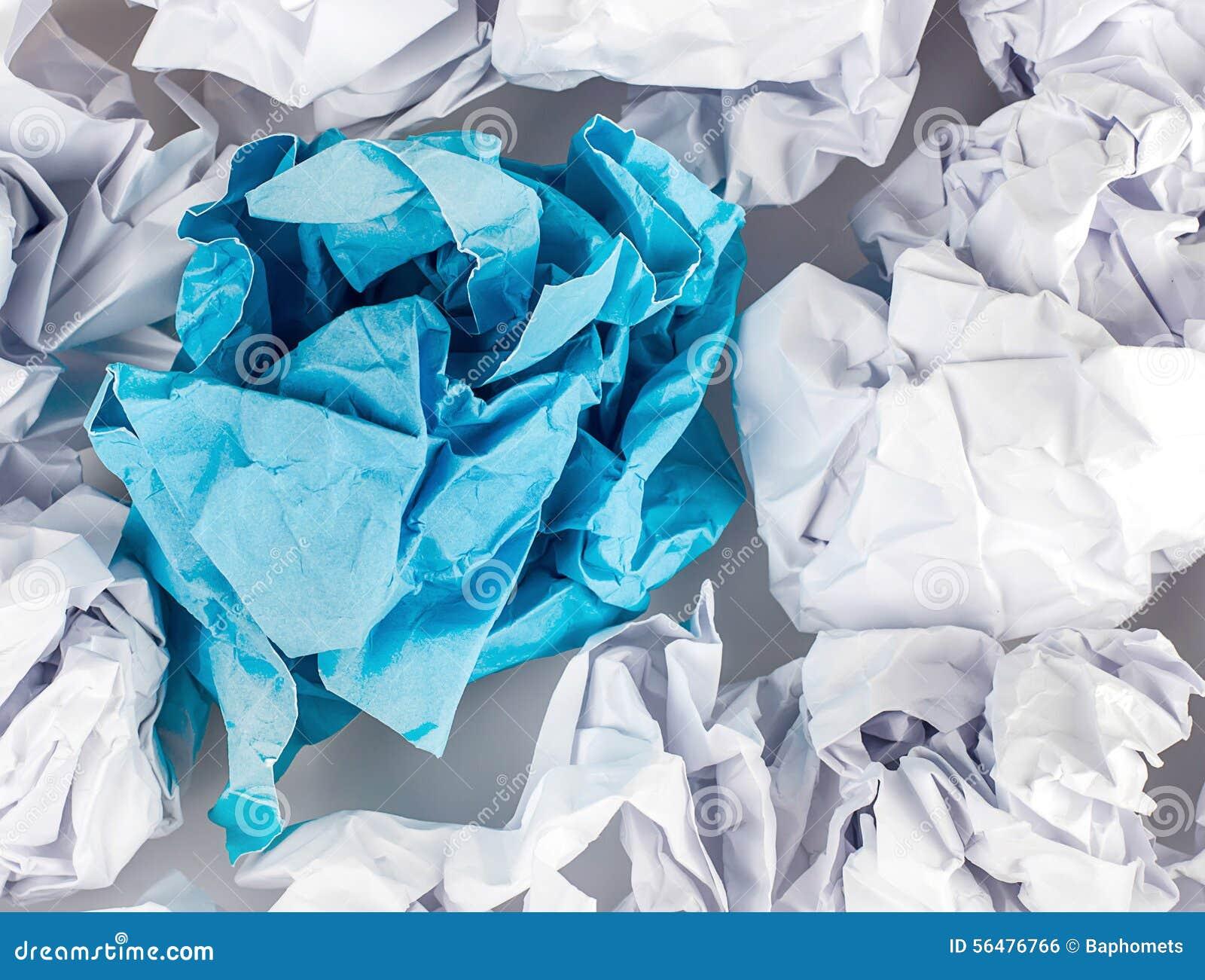 Boule de papier chiffonnée d isolement sur le fond blanc