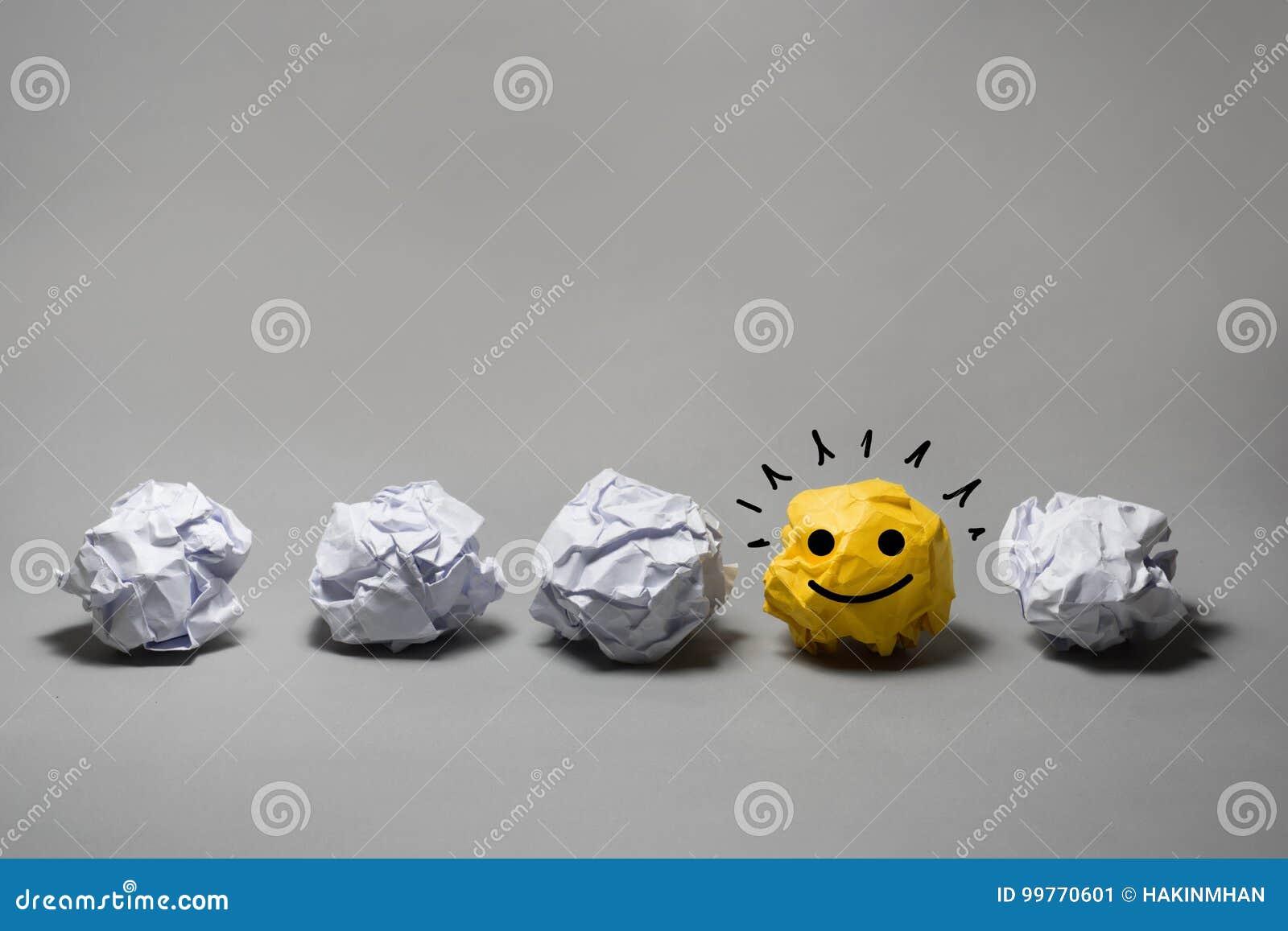 Boule de papier chiffonnée par jaune Créativité d affaires, concept de direction
