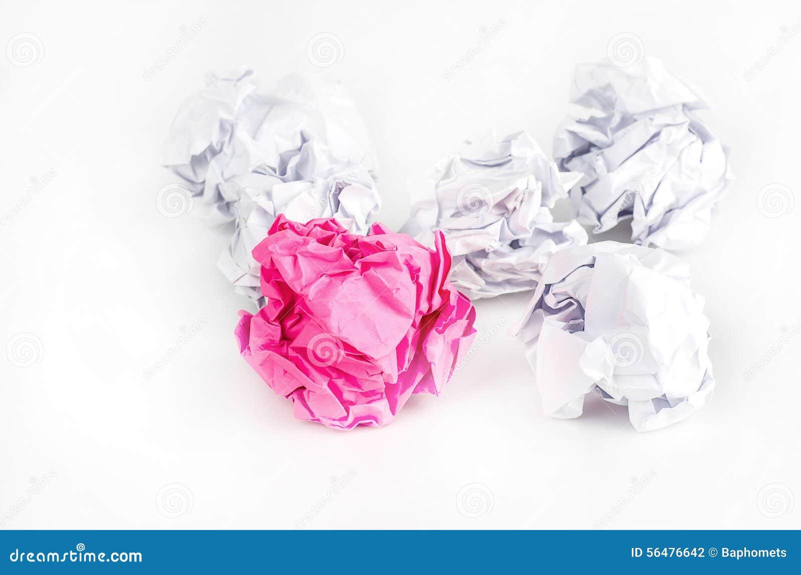 Boule de papier chiffonnée sur le fond blanc