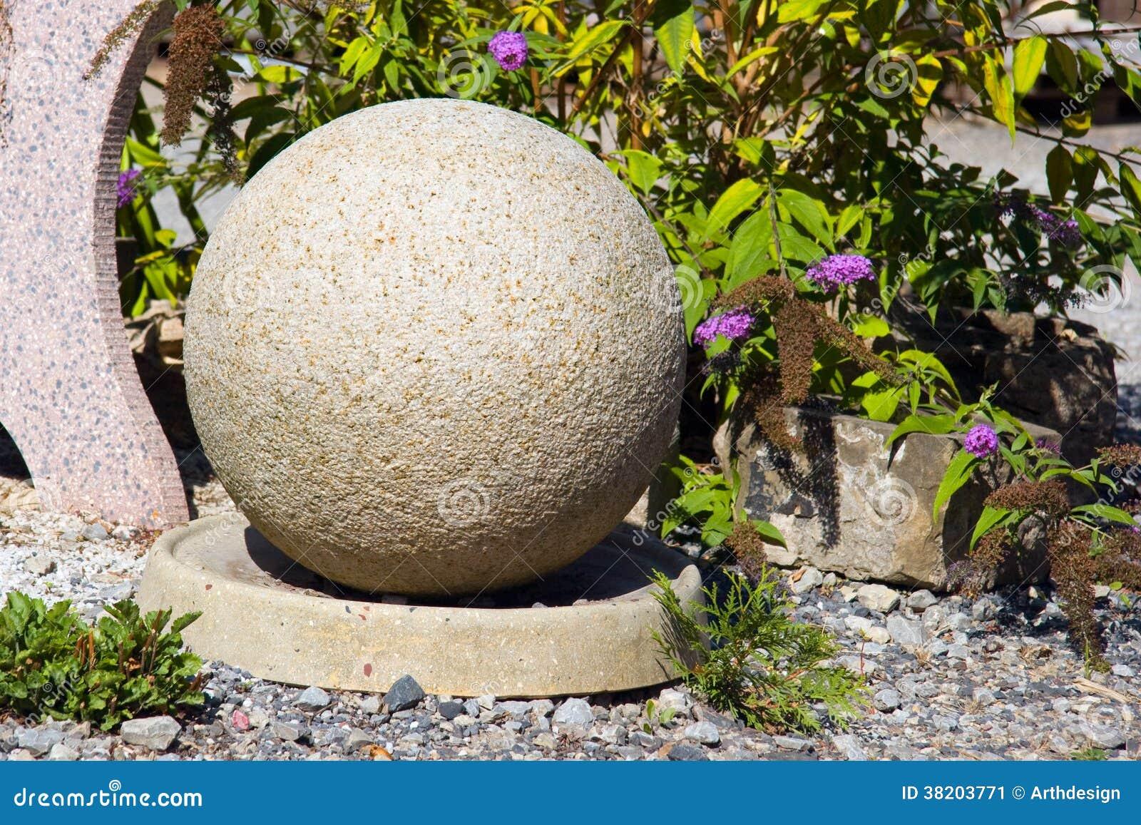 Boule En Pierre Dans Le Jardin Image stock - Image du pierres ...