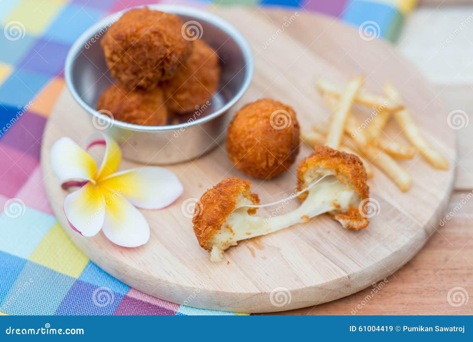 boule et pommes frites cuites la friteuse de fromage sur le plat en bois image stock image. Black Bedroom Furniture Sets. Home Design Ideas