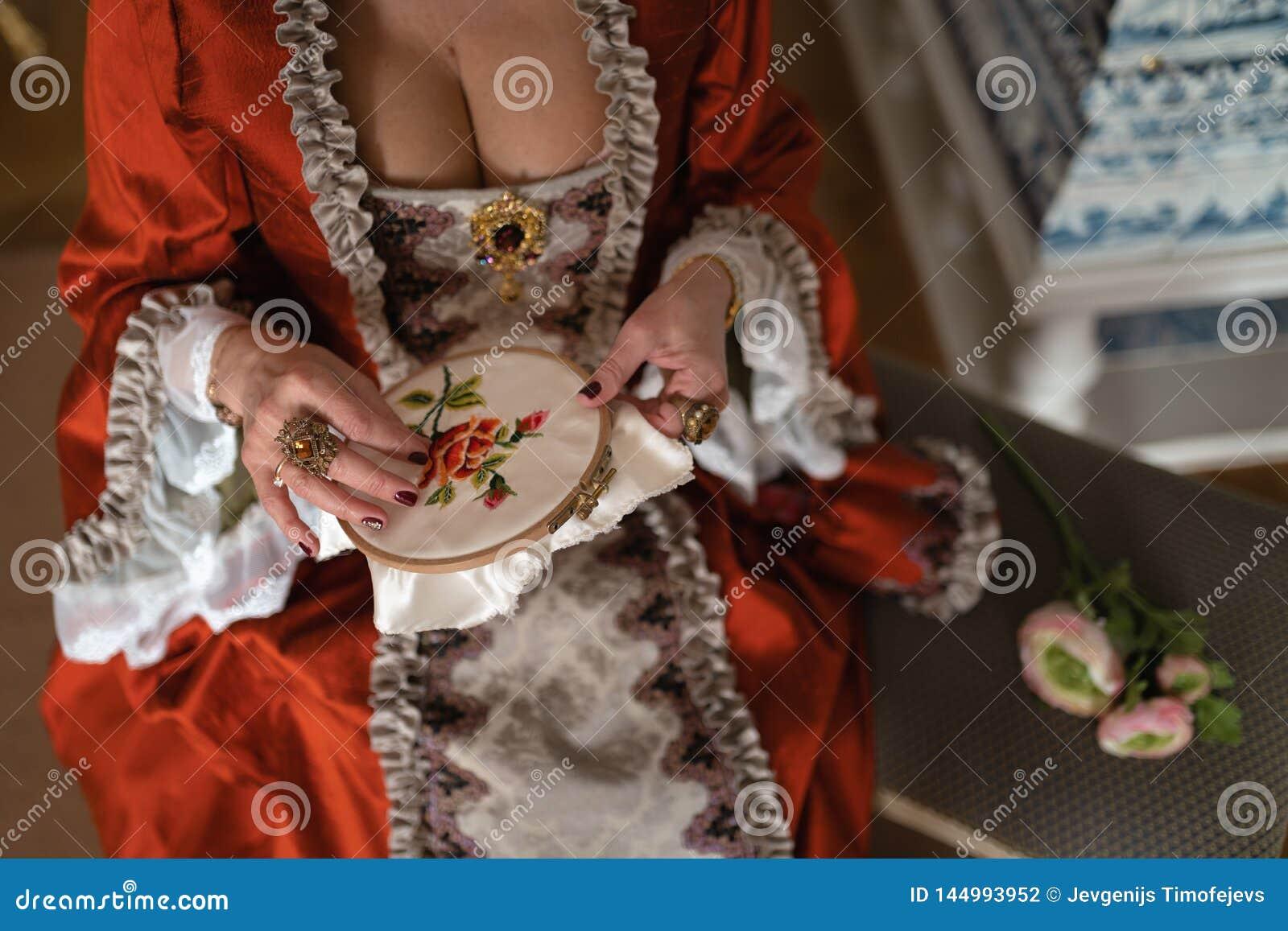 Boule médiévale royale de rétro style - le palais majestueux avec les personnes magnifiques habillées dans des amis de roi et