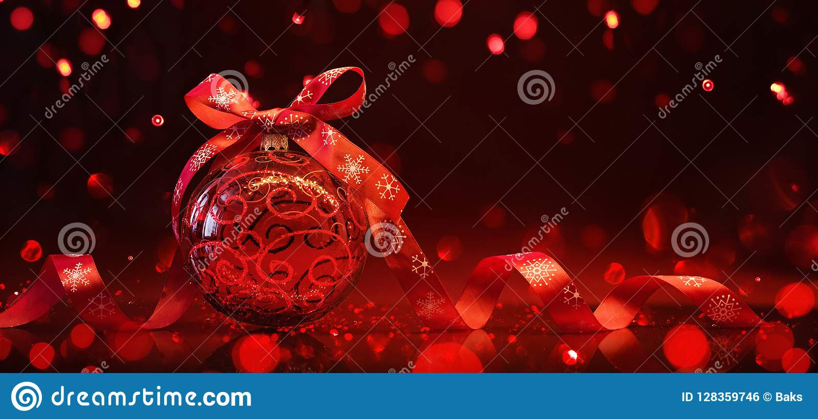 Boule rouge de Noël avec la réflexion et les effets de la lumière