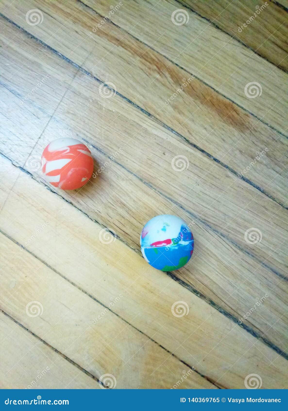"""Boule """"sautant """"sur le fond en bois"""