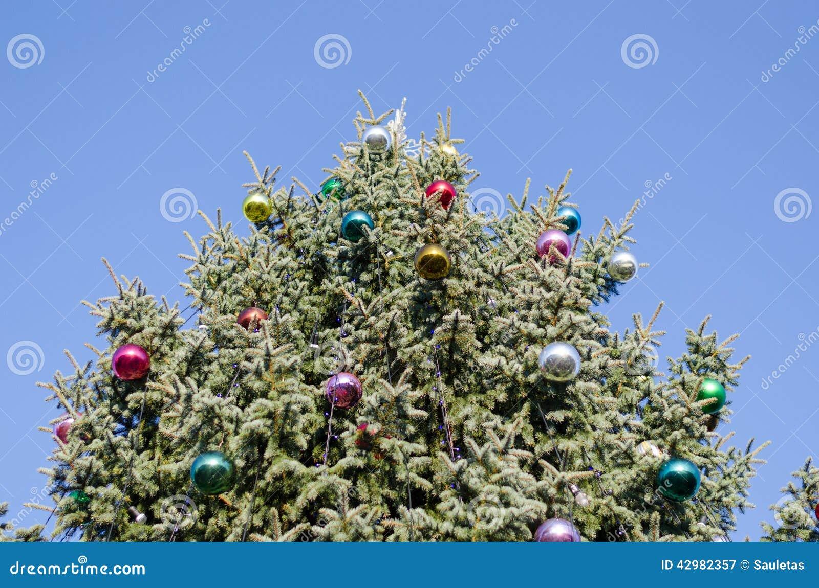 boule vitreuse d 39 arbre de no l sur le fond de ciel bleu photo stock image 42982357. Black Bedroom Furniture Sets. Home Design Ideas